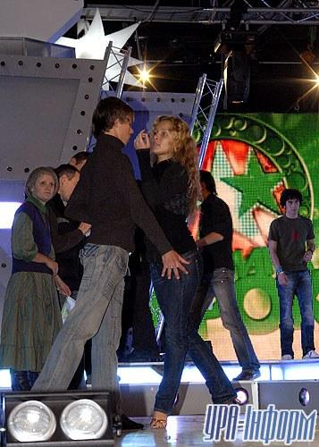 В сольном выступлении Евгения Толочного приняла участие победительница «Танцев со звездами» Алена Шоптенко. Правда, выступала она не одна, а с партнером, но его ведущий почему-то публике не представил